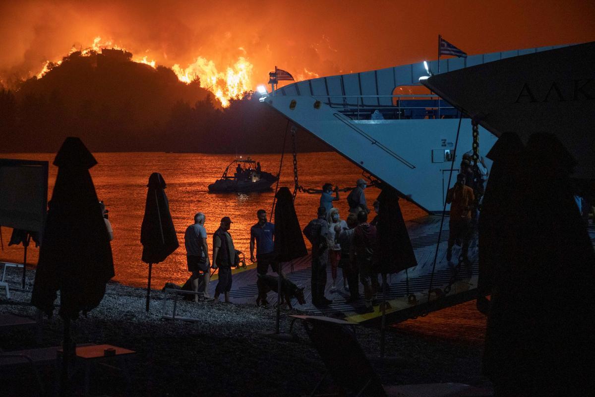 В Греции эвакуируют тысячи людей из-за лесных пожаров, прогнозируют новые очаги возгорания