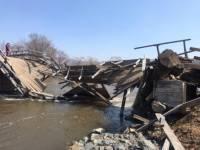В Приморье три человека погибли в машине, упавшей с реку при обрушении моста