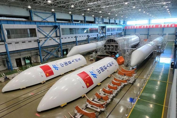 Китай готовит запуск космической станции: началась установка основного блока на ракету-носитель