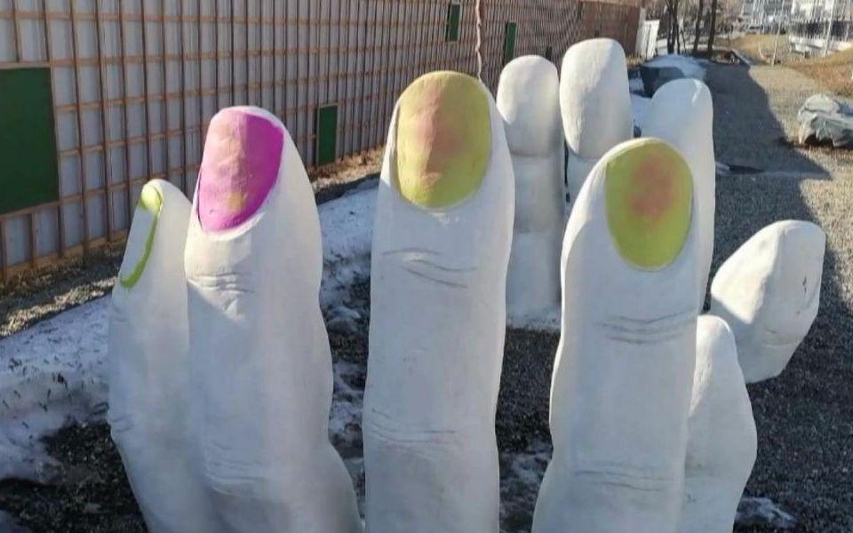 Записываемся на ноготочки: вандалы разрисовали арт-объект 'Руки' в Барнауле