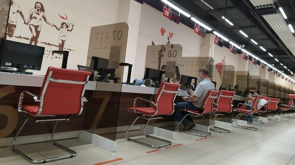 В Екатеринбурге люди занимают очередь в МФЦ по той же схеме, что и туристы в Нотр-Дам. Точь-в-точь