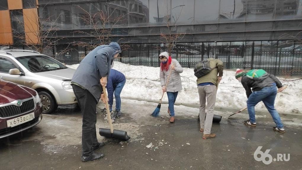 Журналисты вышли на субботник, чтобы поддержать фотографа 66.RU. Теперь им угрожают полицией