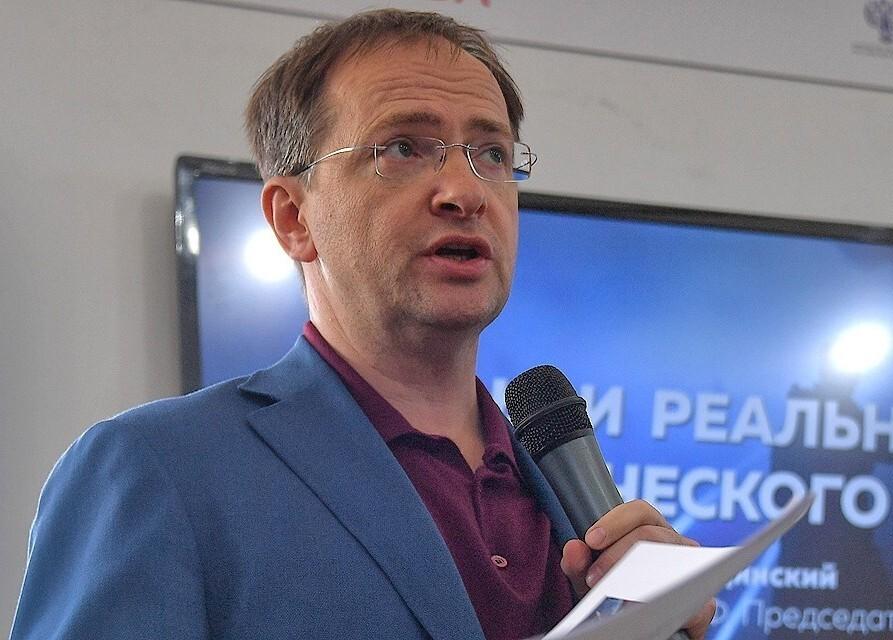 Помощник Путина предложил полностью запретить смартфоны в российских школах