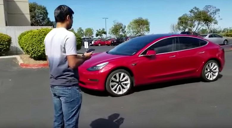Женщина догнала и задержала Tesla Model 3, который сам двигался к владельцу