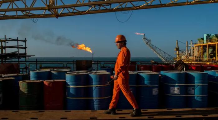 Падение цен на нефть вынуждает трейдеров делать ...