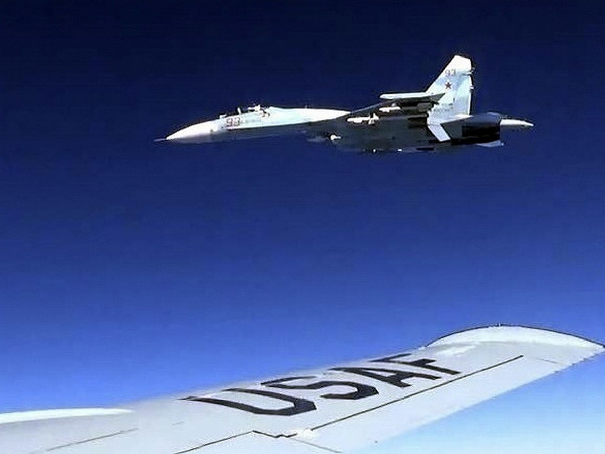 """СМИ: Су-35 РФ уже полгода """"кошмарят"""" F-22 США возле Аляски"""
