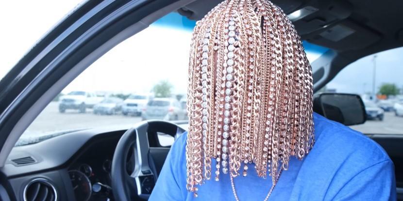 Мексиканский рэпер вживил себе в голову десятки золотых цепей вместо волос