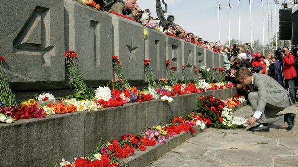 Экс-мэр Риги Нил Ушаков призвал укрыть цветами памятник Освободителям