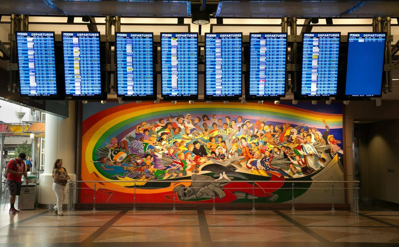Какие теории заговора окружают международный аэропорт в Денвере?