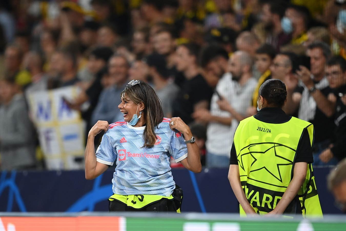 Роналду подарил футболку женщине-стюарду, в которую попал мячом во время разминки