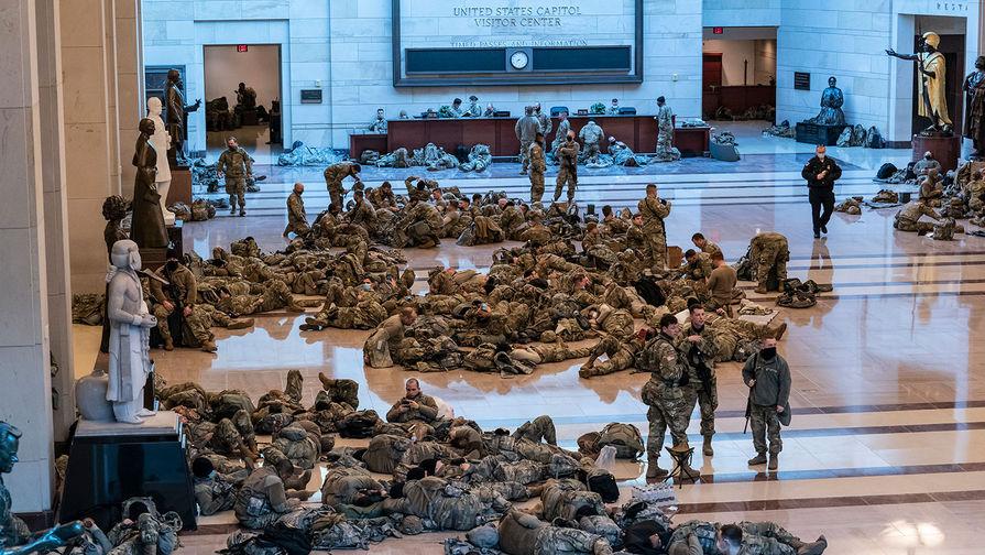 СМИ показали кадры спящих нацгвардейцев, направленных для охраны Капитолия