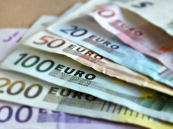 Биржевой курс евро впервые с 17 марта опустился ниже 87 рублей