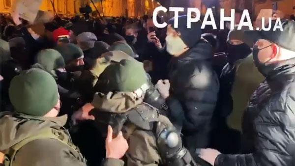 У офиса Зеленского в Киеве произошли столкновения националистов с силовиками