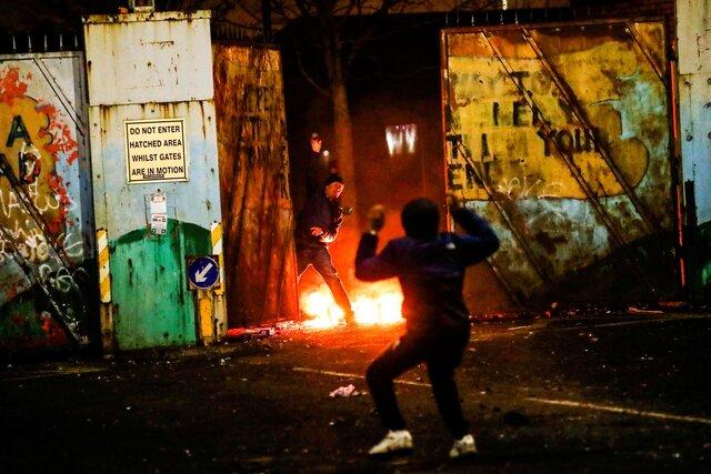 В Северной Ирландии несколько дней продолжаются уличные беспорядки. Их причина — старый конфликт лоялистов с националистами, который обострили «Брекзит» и коронавирус