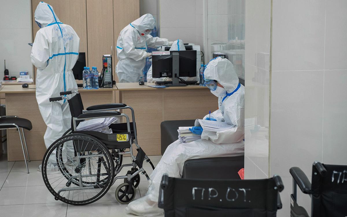 Впервые за неделю от коронавируса в России умерли менее 800 человек