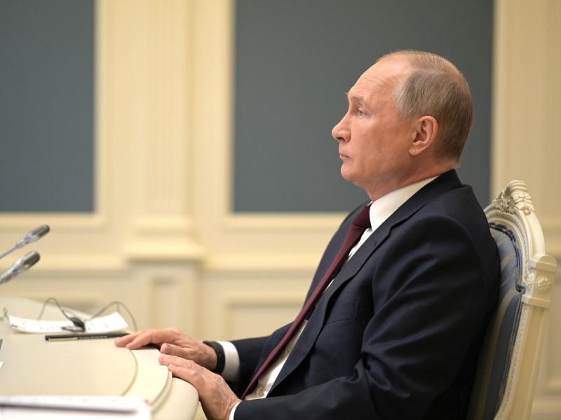 Песков: Путин не будет обсуждать с Байденом Навального