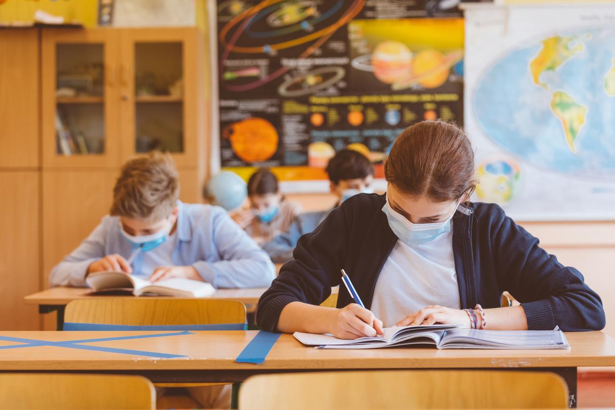 Роспотребнадзор предложил сохранить карантинные меры в школах до 2022 года