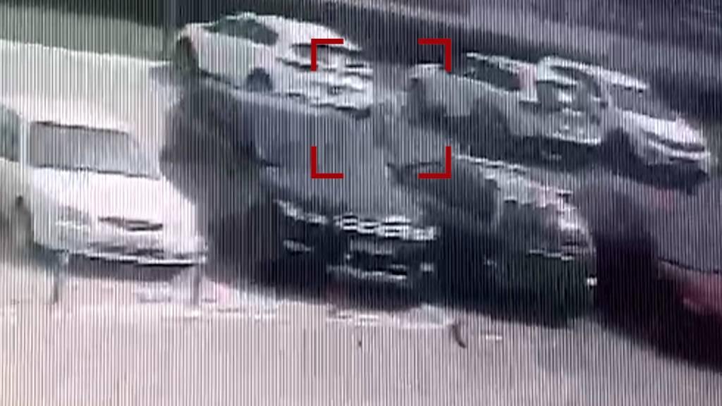 Не поделили дорогу: Под Ростовом полицейский и военный подрались на парковке торгового центра